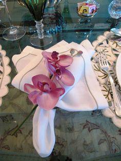 Blog da Andrea Rudge: JANTAR COM ORQUÍDEAS Easy Napkin Folding, Table Accessories, Elegant Table, Easter Bunny, Napkin Rings, Diy And Crafts, Napkins, Table Settings, Shabby
