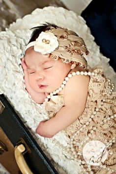 Precious newborn baby girl pearls Gatsby flapper  Toni Kami ~•❤• Bébé •❤•~ Precious newborn photography idea by S333tefanie