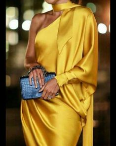 Luxury Vintage Madrid offers you the best selection of contemporary and vintage clothes from around the world discover our luxury brands Express delivery! Elegant Dresses, Beautiful Dresses, Look Fashion, Womens Fashion, Runway Fashion, Fashion Beauty, Paris Mode, Mode Style, Silk Dress