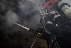 Aproape 35 de pompieri au intervenit cu opt autospeciale, marţi dimineaţa, timp de mai bine de trei ore, pentru stingerea unui incendiu care a cuprins patru buncăre cu rumeguş şi un filtru de praf ale companiei Kronospan din Sebeş, cel mai mare producător de plăci pe bază de lemn din România.