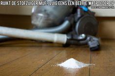 Een muf ruikende stofzuiger? Zuig eens een beetje waspoeder op. Meer tips op: www.goedeschoonmaaktips.nl