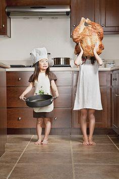 cocinando Jason Lee En 2006 la mujer del fotógrafo de bodas Jason Lee fue diagnosticada con un Linfoma no-Hodgkin. Para que pudiera ver a sus hijas que la podían contagiar con algún germen inició un blog donde publicaba estos divertidos fotomontajes de sus 2 hijas, Kristin y Kayla. Las ideas, en su mayoría, provenían de las propias niñas :O