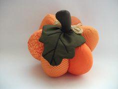 Abóbora de tecido para decoração da mesa, decoração de festa ou para decorar a sua cozinha. <br>Feita com tecidos de algodão, em tons de laranja, com cabo marrom e folha de tecido verde. <br>Diâmetro aproximado 20cm.