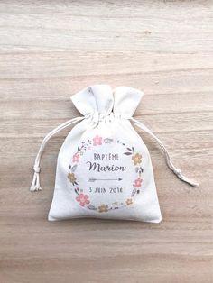 De jolis pochons en coton pour cadeaux dinvités à loccasion dun Baptême (Nous pouvons également vous les proposer pour un mariage, une naissance, un anniversaire, etc...) Vous pourrez y glisser des dragées, des savons personnalisés, des figurines anges ou autre, des ballons, des