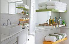 O banheiro revestido de mármore ganhou ar moderninho com as três prateleiras coloridas, desenhadas pela arquiteta Suzy Melo. Elas acomodam toalhas e objetos de higiene