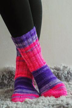 """Sukat teinille.   hennosti neon hohtoiset värit.   Ohut lanka,   jonka vuoksi jalka pujahtaa   helposti """"consseihin""""           Saks..."""