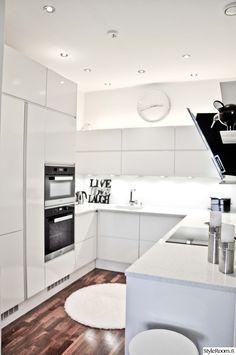 keittiö,valkoinen sisustus,valkoinen keittiö,korkeakiilto,keittiön kaapit,keittiön tasot,moderni sisustus,moderni keittiö,tulikivi,kivitaso