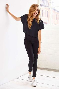 Black crop top, High waisted jeans and white sneakers- perfect!