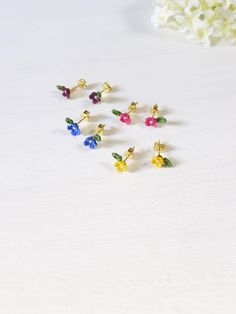 「とりものしあわせものマルシェ」に出品している作品のご紹介~! ichirinkaの4枚の花びらの小さな小さなお花のピアスシリーズ~♪ ワインレッド、ピンク、青、黄の各色~★