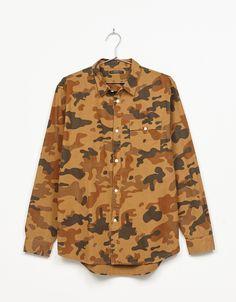 Camisa estampado camuflaje. Descubre ésta y muchas otras prendas en Bershka con nuevos productos cada semana