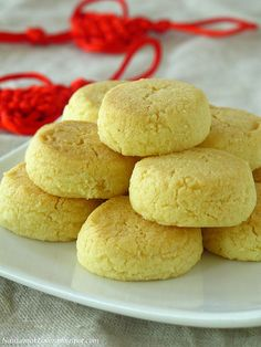 Crunchy Almond cookies杏仁脆饼 by Nasi Lemak Lover Chinese New Year Desserts, Chinese New Year Cookies, Asian Desserts, Baking Recipes, Cookie Recipes, Nasi Lemak, Kinds Of Cookies, Almond Flour Recipes, Sweet Cookies
