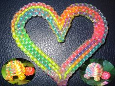 coeur à 12 fils Diy Arts And Crafts, Fun Crafts, Crafts For Kids, Plastic Lace Crafts, Lanyard Crafts, Pony Bead Crafts, Rainbow Loom Creations, Duct Tape Crafts, Keychain Design