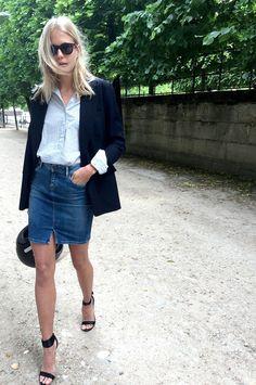 Une chemise bleue et une jupe en jean
