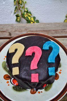 estrellacanela: Drei Fragezeichen-Motivtorte und wie man den Schwager aus einer 16-cm Torte springen lässt - oder Nuss-Schoko-Biskuit mit Birnen und Stracciatella-Sahne