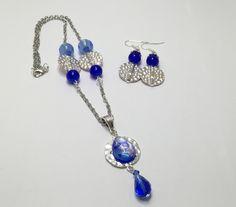 Parure argentée ,bleue, pendentif et boucles d'oreilles  réf  734 de la boutique perlesacoco sur Etsy
