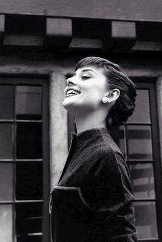 'La belleza de una mujer no está en la moda superficial. La verdadera belleza de una mujer se refleja en su alma. En la bondad con la que da amor y en la pasión que demuestra.' - Audrey Hepburn