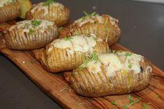 Hasselback aardappelen is een goede aanvulling bij een maaltijd van de bbq. Simpel om te maken, maar heerlijk van smaak. Ingrediënten voor 4 personen: - 12 middelgrote vastkokende aardappelen - 2 g...