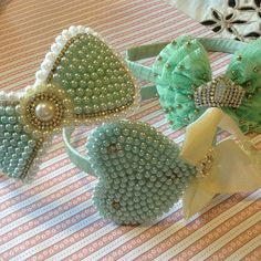 Resultado de imagem para moño de perola Tiara Hairstyles, Diy Hairstyles, Fancy Bows, Pearl Headpiece, Headband Tutorial, Handmade Hair Accessories, Diy Hair Bows, Hair Ornaments, Beaded Embroidery