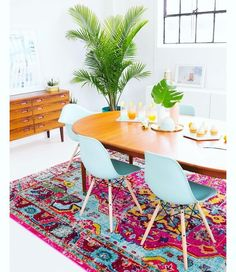 """So arbeiten Sie mit der Pantone-Palette """"Florabundant"""" . - How to Work the Pantone Palette """"Florabundant"""" into Your Home - Sweet Home, Retro Home Decor, Dining Room Design, Dining Decor, Dining Chairs, Design Kitchen, Dining Area, Interior Inspiration, Colour Inspiration"""