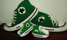 Conjunto de pantuflas y escarpines tejidos en crochet con todos los detalles de las zapatillas Converse All-star. Encontrame en Facebook. Macarumis