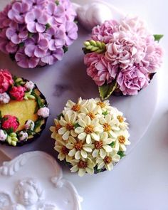 Beautiful Cupcakes, Gorgeous Cakes, Pretty Cakes, Amazing Cakes, Frosting Flowers, Buttercream Flower Cake, Floral Cupcakes, Floral Cake, Flower Cake Design