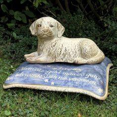 """Gedenk-Kissen mit Hund """"Jacky"""" - Eine bleibende Erinnerung an einen treuen Wegbegleiter. Beschriften Sie das Kissen mit einer persönlichen Widmung oder einem letzten Gruß und dem Namen des Hundes. Geeignet als Gedenkstein auf dem Tierfriedhof oder für Terrasse und Garten."""