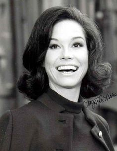 As a teen, I was always trying to get my hair into a nice Mary Tyler Moore flip. Divas, Laura Petrie, Mary Tyler Moore Show, Retro Hairstyles, Modern Hairstyles, Hair Flip, Iconic Women, Celebs, Celebrities