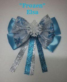 Love this Frozen inspired bow Frozen Bows, Frozen Hair, Hair Ribbons, Ribbon Bows, Broches Disney, Disney Hair Bows, Headband Tutorial, Hair Decorations, Making Hair Bows