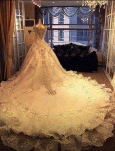 Old fashioned wedding dress!! Pretty!!