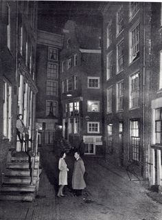 """""""Als in de Sint Olofssteeg de lichtjes branden"""" Foto van omstreeks 1947."""
