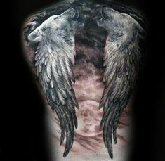ein großer roter mond und zwei schwarze engelsflügel und noch zwei heulende wölfe idee für einen engelsflügel tattoo für männer