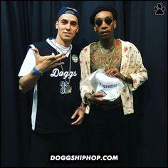 ALE PLUZ le llevó una gorra Dogg Life de regalo para Wiz Khalifa y un saludo especial de parte del equipo en su cumpleaños!