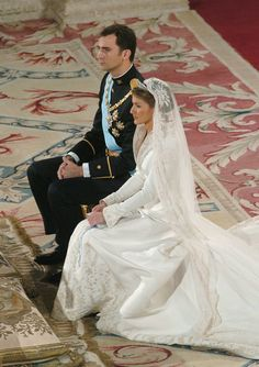 On May we were glued to our television, hoping to get a glimpse of Letizia Ortiz, now the queen of Spain, in her gorgeous wedding gown. Royal Brides, Royal Weddings, Princess Wedding Dresses, Wedding Gowns, Kate Middleton Queen, Royal Family Pictures, Spanish Royalty, Estilo Real, Adele