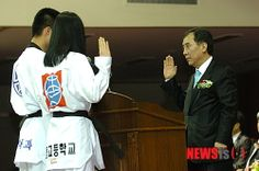 선수 대표선서 받는 박윤국 경기태권협회장:: 공감언론 뉴시스통신사 ::