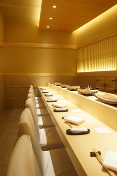 The photo of Interior: Saito[Tabelog] Restaurant Booth Seating, Restaurant Bar, Japanese Architecture, Interior Architecture, Sushi Bar Design, Japanese Restaurant Design, Teppanyaki, Decking, Interior Lighting
