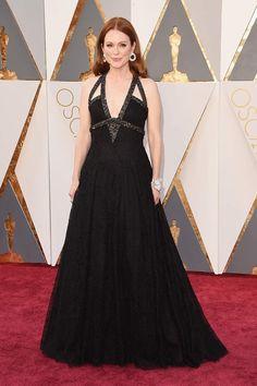 Julianne Moore con vestido negro con tirantes embellecidos de Chanel Alta Costura.