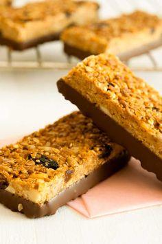 Barritas energéticas de cereales, 3 recetas saludables | PequeRecetas Raw Food Recipes, Gourmet Recipes, Sweet Recipes, Healthy Recipes, Cereal Recipes, Dessert Recipes, Healthy Cereal, Healthy Treats, Paleo Cereal