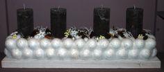 Ein tolles Adventsgesteck aus weißen Schneeballkugeln und schlichten Kerzen