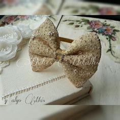 Moño dorado elegante en diadema Hair Pieces, Projects, Accessories, Fashion, Head Bands, Bands, Sweet Treats, Chic, Log Projects