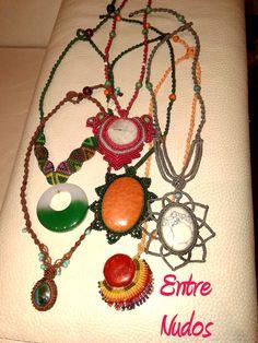 Nuevos diseños de Entre Nudos. Macramé con piedras engarzadas. ¿Cuál te gusta más? #Artesanía #macramé #collares #piedras #semipreciosas #gris #verde #anaranjados #rosa #azul