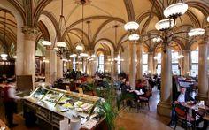 Café Central, Viena.  El café abrió sus puertas en 1860.El Café Central cerró tras el fin de la Segunda Guerra Mundial. En 1975, año europeo de protección del patrimonio artístico, se renovó el Palais Ferstel y el Central volvió a abrir. No lo hizo en el patio interior del palacete, donde estaba antiguamente, sino en la antigua zona de ventanillas de un banco. En 1986 se volvieron a renovar lujosamente las distintas salas.