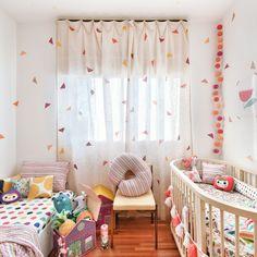 Esse quarto inspirador com @amomooui é da Thereza filha da Lucila @casadevalentina. Colorido na medida certa, delicado e moderno. A escolha perfeita para esse ambiente foi usar a capa de edredom JARDIM na cama de solteiro junto com o lençol geométrico colorido TWISTER. No bercinho as mesmas estampas foram usadas, mas dessa vez, lençol JARDIM com protetor minhocão TWISTER. Os tons da roupa de cama combinam com os triângulos colados pela parede. #quartodemenina #nursery #quartocolorido…
