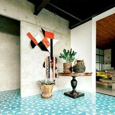Mais cores e formas na casa em destaque do nosso site, criada por Rudy Weissenberg e Rodman Primack (@rodmanprimack). No hall de entrada, obra de Assume Vivid Astro Focus (@assumevividastrofocus ) na parede, vasos de cerâmica maia e piso de ladrilho cerâmico de Dario Escobar (@dario.escobar). #decoração #décor #casavoguebrasil