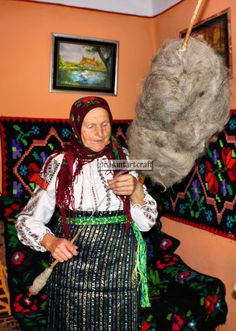 Popular Folk Embroidery Meet some of the last Romanian peasants, who still preserve the antique customs and traditions. Having the same working methods of the past, they master the art of creating genuine materials. Spinning Wool, Hand Spinning, Romanian Women, Drop Spindle, Textile Fiber Art, Folk Embroidery, Folk Costume, Old Women, Fashion Art