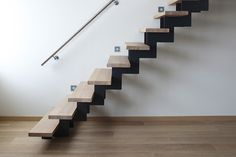 Moderne rechte open trap met houten treden