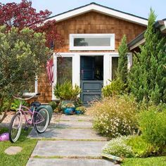 If your home& curb appeal makes a great first impression, everyone -- including potential homebuyers -- will want to see what& inside. Check out these simple, low-cost curb appeal improvements that you can do in a day, a week, or a month. Suburban House, Front Walkway, Outdoor Living, Outdoor Decor, Outdoor Spaces, Better Homes, Home Buying, Curb Appeal, Beautiful Homes