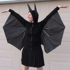 So können Sie ein Fledermauskostüm selber machen. Einfache Nähanleitung mit Fotos für ein Batgirl Kostüm aus einem Regenschirm und Kapuzenshirt.