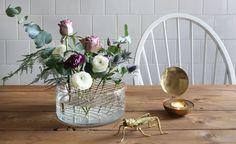 """Fredag och här kommer ett enkelt hemmafix inför helgen. Designade blomvasen """"Äng"""" från Klong, som separerar blomsterstjälkarna med hjälp av"""