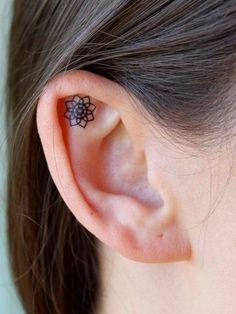 Tatouage femme sur l oreille quel tattoo choisir fleurs