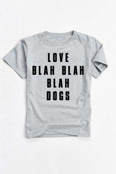 Camiseta//Boyfriend Tee LOVE BLAH BLAH BLAH DOGS. Disponível em vários tamanhos e tamanhos no nosso site!
